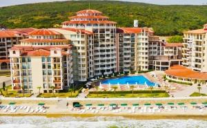 Море 2020 на Първа Линия в <em>Елените</em>! Нощувка на човек на База All Inclusive + Басейн, Аквапарк и Шезлонг и Чадър на Плажа в Андалусия Бийч. Дете до 12Г. Безплатно!