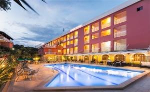 Ранни Записвания за Лято 2020 на 1-Ва Линия на о. Корфу, Гърция! Нощувка на човек със Закуска + Басейн в Хотел Oasis. Дете до 12Г. - Безплатно