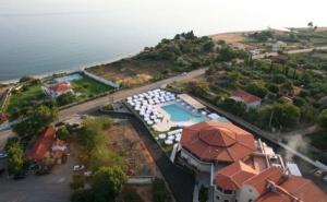 На Море през Юни и Септември в Хотел Ismaros 4* - <em>Марония</em>, Гърция! Три Нощувки със Закуски, Вечери, Външен Басейн, Безплатни Шезлонги и Чадъри на Басейна и Плажа