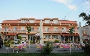 Лято на Метри от Плажа във Фанари, Гърция! Нощувка на човек в Двойна или Тройна Стая в Хотел Villa Teodora!