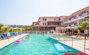 Ранни Записвания за Море 2020Г. в Гърция! Нощувка на човек + Басейн в Хотел Medusa в Криопиги, Халкидики. Дете до 12Г. Безплатно