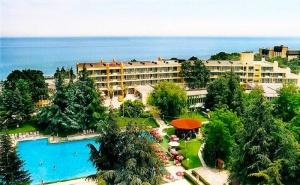 До края на юни: Нощувка, закуска и вечеря + басейн на 30 м. от плажа в хотел Амбасадор***, Златни Пясъци. Дете до 13г. - безплатно