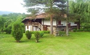 Нощувка в Самостоятелна Къща за 15 Човека + Механа, Барбекю, Басейн и Обширен Двор - Никифорова Къща в Еленския Балкан - с. Мийковци