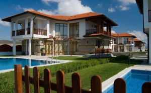 Нощувка във вила с 2 или 3 спални + собствен басейн в комплекс Винярдс Резорт****, Ахелой