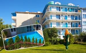 5 нощувки на човек на база All inclusive light + басейн, шезлонг и чадър на плажа от семеен хотел Елвира, Равда!