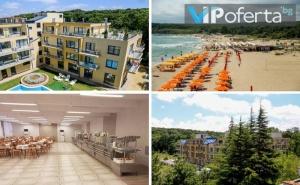 Еднодневен Пакет за до Четирима Настанени с Включени Закуска, Обяд и Вечеря + Чадър на Плажа в Хотел Спорт Палас**