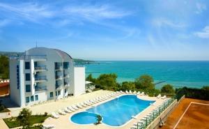 Нощувка със закуска на човек в стая с гледка море + басейн от хотел Айсберг, Балчик
