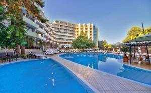 Нощувка на човек на База All Inclusive + Басейн и Трансфер до Плажа от Хотел Мирабел****, <em>Златни Пясъци</em>