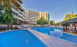 Нощувка на човек на База All Inclusive + Басейн и Трансфер до Плажа от Хотел Мирабел****, Златни Пясъци