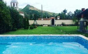 Нощувка за 4, 8 или 12 човека + басейн, барбекю и много удобства в къщи Извора в с. Господинци край Банско