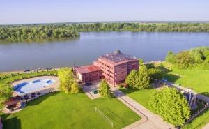 Почивка на Брега на Река Дунав! Нощувка на човек със Закуска + Външен Басейн в Хотел Престиж, Белене. Дете до 14Г. - Безплатно!