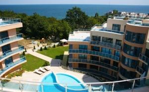 Нощувка на човек със Закуска и Вечеря, Обяд по Желание + Басейн, Чадър и Шезлонг на Плажа от Хотел Аквамарин, <em>Обзор</em> - на 100 М. от Морето!