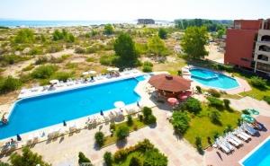 На ПЪРВА ЛИНИЯ в Слънчев Бряг! Нощувка на човек или за трима със закуска* + 3 басейна в Амфибия Бийч