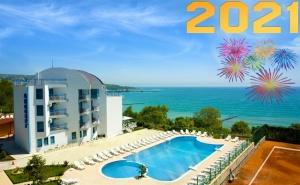 Нова Година на Брега на Морето в Балчик! 3 Нощувки на човек със Закуски и Вечери, Едната Празнична в Хотел Айсберг