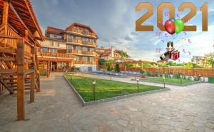 Нова Година в Синеморец! 3 Нощувки на човек със Закуски, Обеди, Следобедни Закуски и Вечери, Едната Празнична + Неограничен Български Алкохол в Хотел Каса Ди Ейнджъл