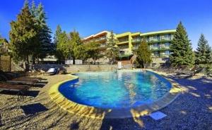 """Програма """"Баба, дядо и внуче"""" от хотел Виталис, к.к. Пчелински бани! Нощувка за ДВАМА на база All inclusive light + външен и вътрешен басейн с гореща минерална вода и сауна  ..."""