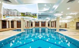 Нощувка на човек със закуска + басейн и СПА в хотел Емералд Резорт Бийч и СПА*****, Равда!