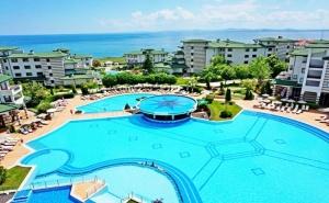 Нощувка на човек със закуска, обяд* и вечеря + отопляем външен, вътрешен басейн и СПА в хотел Емералд Резорт Бийч и СПА*****, Равда!