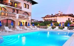 Нощувка на човек със Закуска и Вечеря + Вътрешен и Външен Басейн, Джакузи и Парна Баня в Хотел Винпалас, <em>Арбанаси</em>