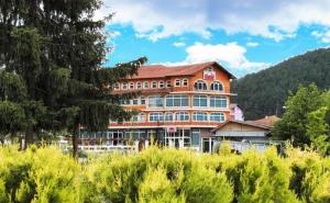 2 + Нощувки на човек със Закуски и Вечери + Вътрешен Минерален Басейн в Хотел Сарай, до <em>Велинград</em>