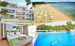 Лято 2021 в Хотел Форест Бийч**** <em>Приморско</em>! Нощувка на човек на База All Inclusive, Басейн, Шезлонг и Чадър на Плажа