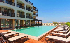 На ПЪРВА линия, плаж Оазис Бийч, Лозенец! Нощувка за ДВАМА или ТРИМА + басейн в хотел Оазис дел Сол. Дете до 12г. - БЕЗПЛАТНО!