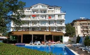Нощувка на човек със Закуска, Обяд и Вечеря + Басейн в Хотел Лотос, Китен, до Плаж Атлиман