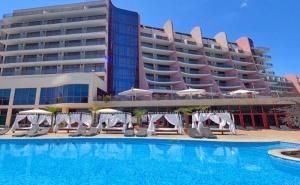 Златна Възраст Над 55 г.! Нощувка на човек на БазаUltra All Inclusive + Басейн, Чадър и Шезлонг на Плажа от Хотел Аполо Спа Ризорт, Златни Пясъци. Дете до 11.99Г. Безплатно!