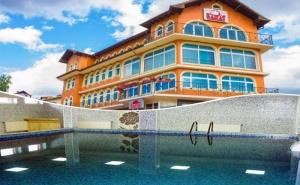 2 + Нощувки на човек със Закуски, Обеди и Вечери + Вътрешен Минерален Басейн в Хотел Сарай, до Велинград