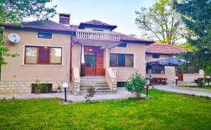 Наем на Самостоятелна Къща за 8 или 12 Човека от Къщи за Гости Маарата, с. Крушуна