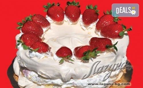 С Нежен Вкус на Целувка! Хрупкава Бяла Торта с Целувки или Торта орехова Целувка от Сладкарница Лагуна!