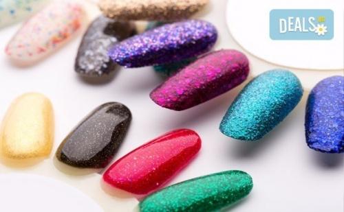 За Свежо Настроение Добавете Маникюр в Цвят по Избор с Лакове Cuccio и 2 Авторски Декорации от Салон Make Trix в Белите Брези!