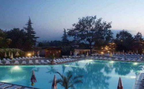 Почивка в Албена - хотел КОМ***! Нощувка на база All inclusive + открит басейн с пързалка, детска анимация, чадър и шезлонг на плажа!!!