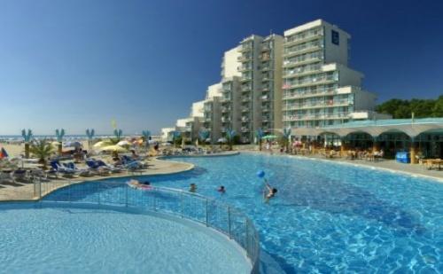Невероятна почивка на самият морски бряг - хотел Боряна*** Албена! Нощувка на база All inclusive + открит басейн, чадър и шезлонг на плажа!!!