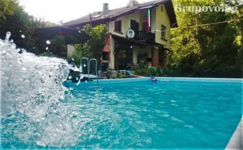 Самостоятелна Къща Руен за 8 Човека в Троян с Голям и Малък Басейн, Барбекю, Детски Кът, Зоокът и Още Много Удобства!