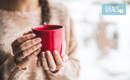 Нежна грижа в студените месеци! Парафинова терапия за ръце и 30% отстъпка от направата на маникюр в Салон Виктория!