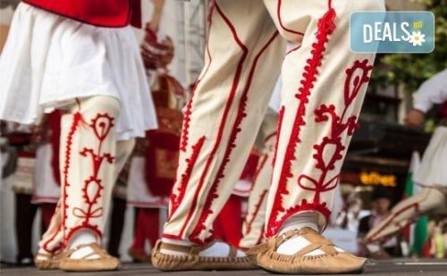Усетете Магията на Българския Танц! Два Урока по Народни Танци за Начинаещи в Танцов Клуб Леона!