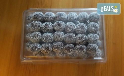 За Празниците! Един Килограм Снежни Топки с Шоколад и Кокос от Майстор-Сладкарите на Работилница за Вкусотии Рави!