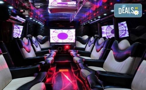 Пътуващ Парти Бус с 25 Седящи Места, Шофьор, Dj и Еротични Шоу Програми с Огнени Танцьорки и 1 Бутилка Водка или Уиски + 10 Безалкохолни Напитки от Party Bus