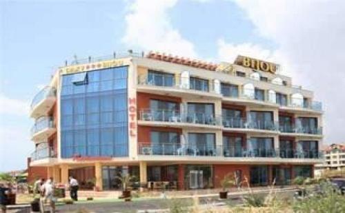 През Юни и Септември на Море, 7 Дни Полупансион на Първа Линия в Хотел Бижу, Равда