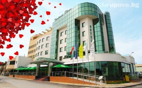 4-Звезден Свети Валентин в Diplomat Plaza Hotel &amp; Resort, <em>Луковит</em>! 1 или 2 Нощувки със Закуски и Романтична Вечеря с  Dj + Топъл Басейн и Спа