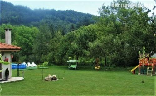 Почивка за до 8 Човека само за 120 лв. в Самостоятелна Къща Ореха с Барбекю, Камина и Обширен Двор в <em>Априлци</em>.