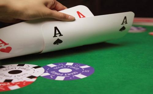 Гигантски Покер Сет от Чипове и Карти