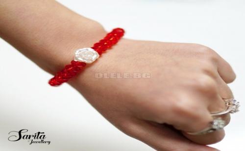 Нежна Гривна с Червени Фасетирани Мъниста и Малка Бяла Роза Мартеничка