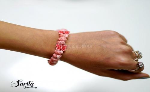 Нежна Червено Бяла Гривна с Топчета на Точки и Декоративни Мъниста
