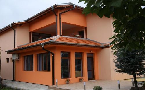 Нощувка за 16 Човека в Павел <em>Баня</em> - Къща за Гости Симона с Лятно Барбекю, Обширен Двор и Още!