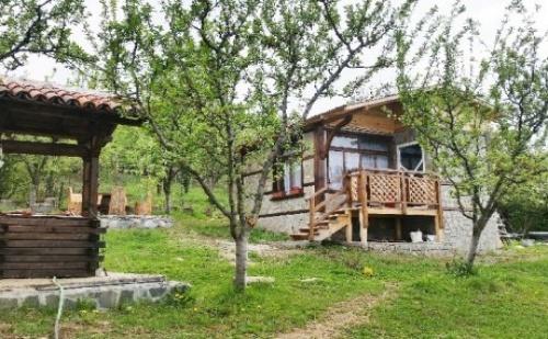 Самостоятелна Къща за 4 Човека в Сапарева <em>Баня</em> с Трапезария и Широк Двор с Барбекю - Вили Горски Рай