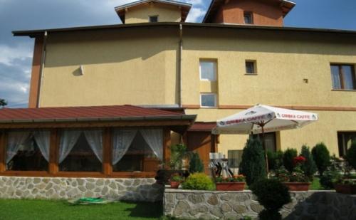 Нощувка за 10, 19 или 29 Човека в <em>Говедарци</em>, в Къщи за Гости Стаменови с Барбекю, Механа, Градина и Още!