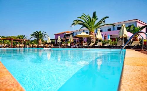 Септември на Първа Линия на Плажа Ватера, о. Лесбос, Гърция! Нощувка на База All Inclusive + Басейн в Хотел Irini***