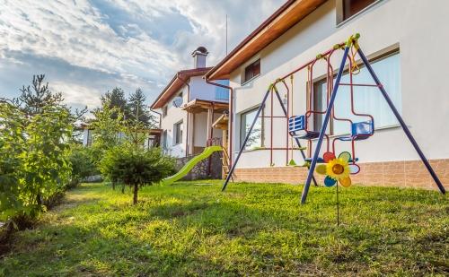Нощувка за 8, 16 или 24 Човека Край <em>Батак</em> в Къщи за Гости Краси с Детски Кът, Барбекю, Озеленен Двор и Още!